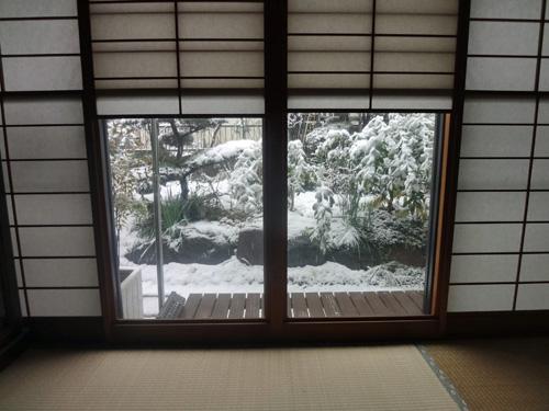 掘り炬燵から雪見障子越しのお庭